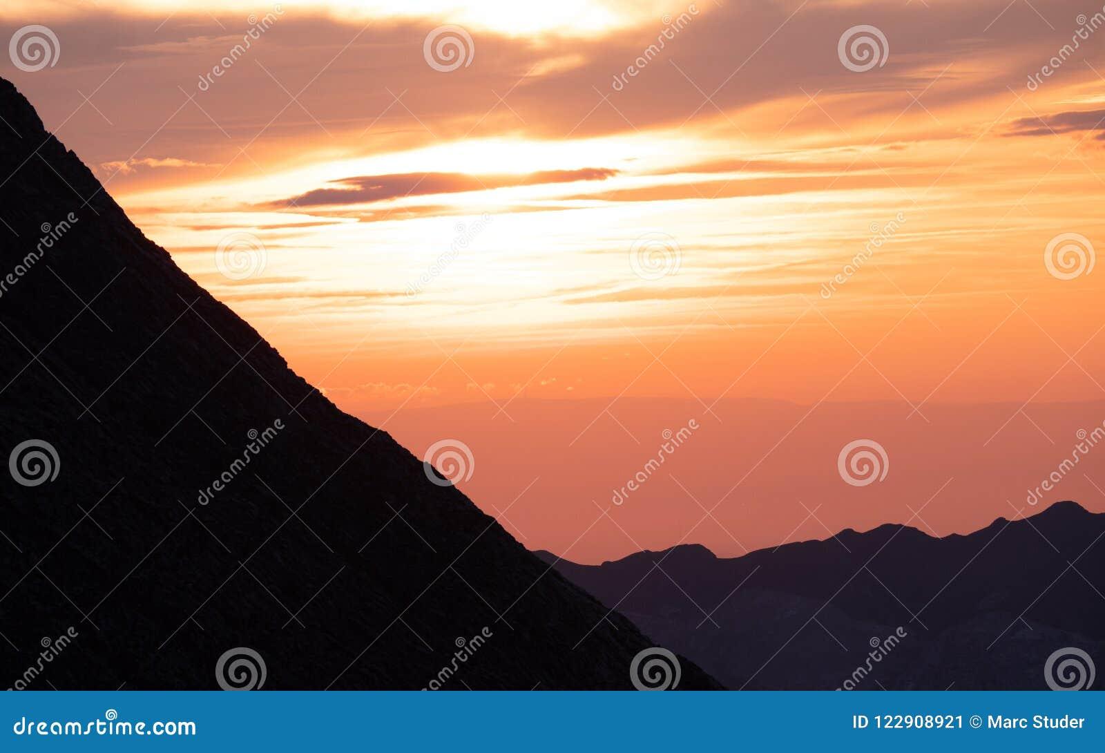 Zon die achter bergketen, dramatische zonsondergang in de Zwitserse alpen glanzen brienzer rothorn