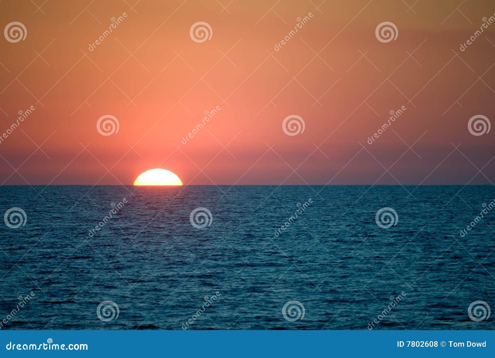 Zon die achter overzeese horizon plaatst