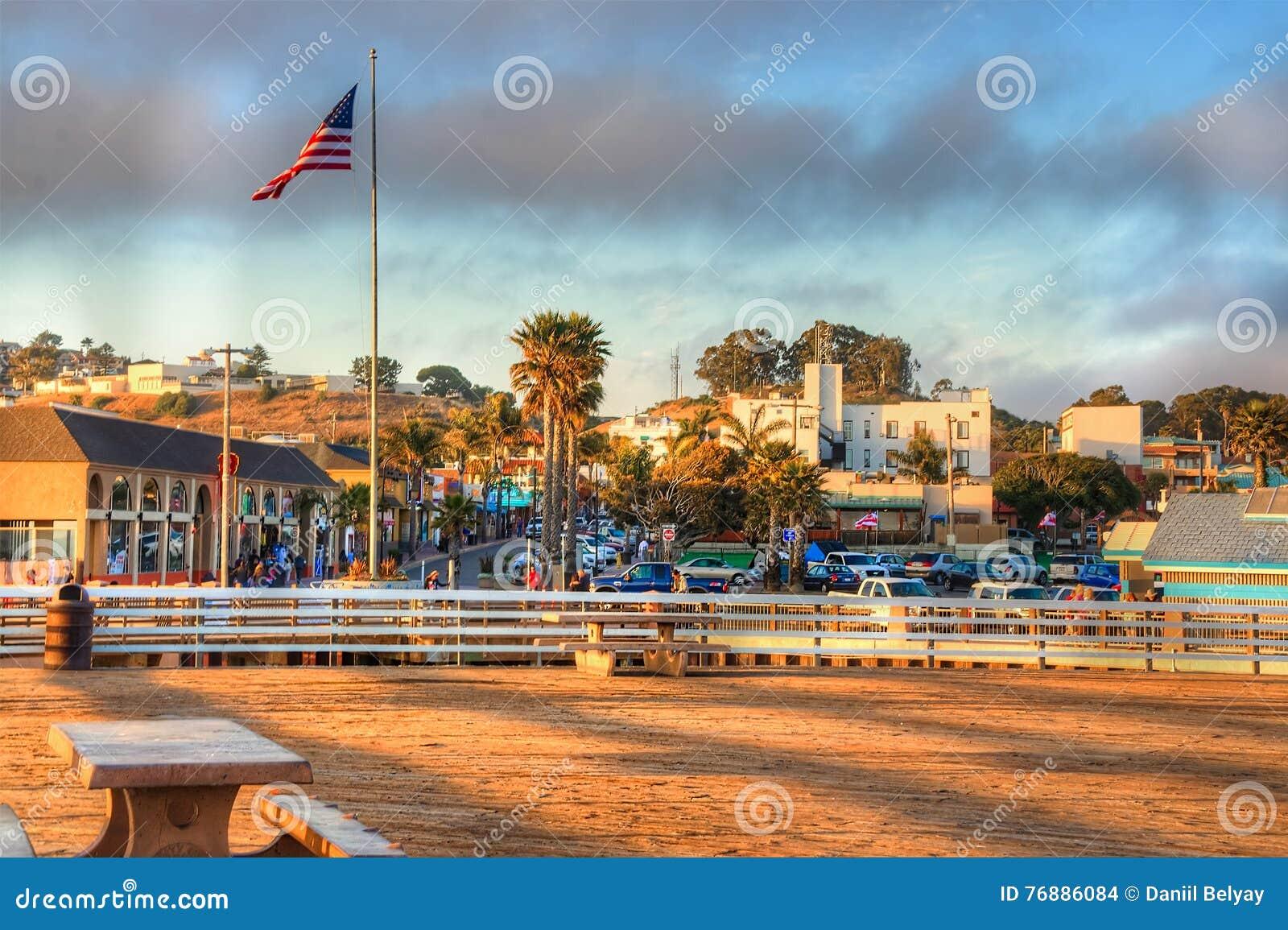 Zon die op Pismo-strandpijler plaatsen