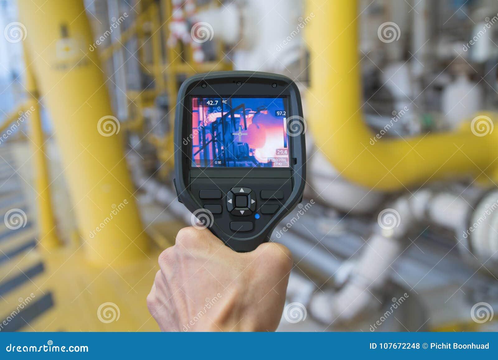 Zona activa de la encuesta sobre el operador de la producción en el área peligrosa en la plataforma remota del petróleo y gas cos