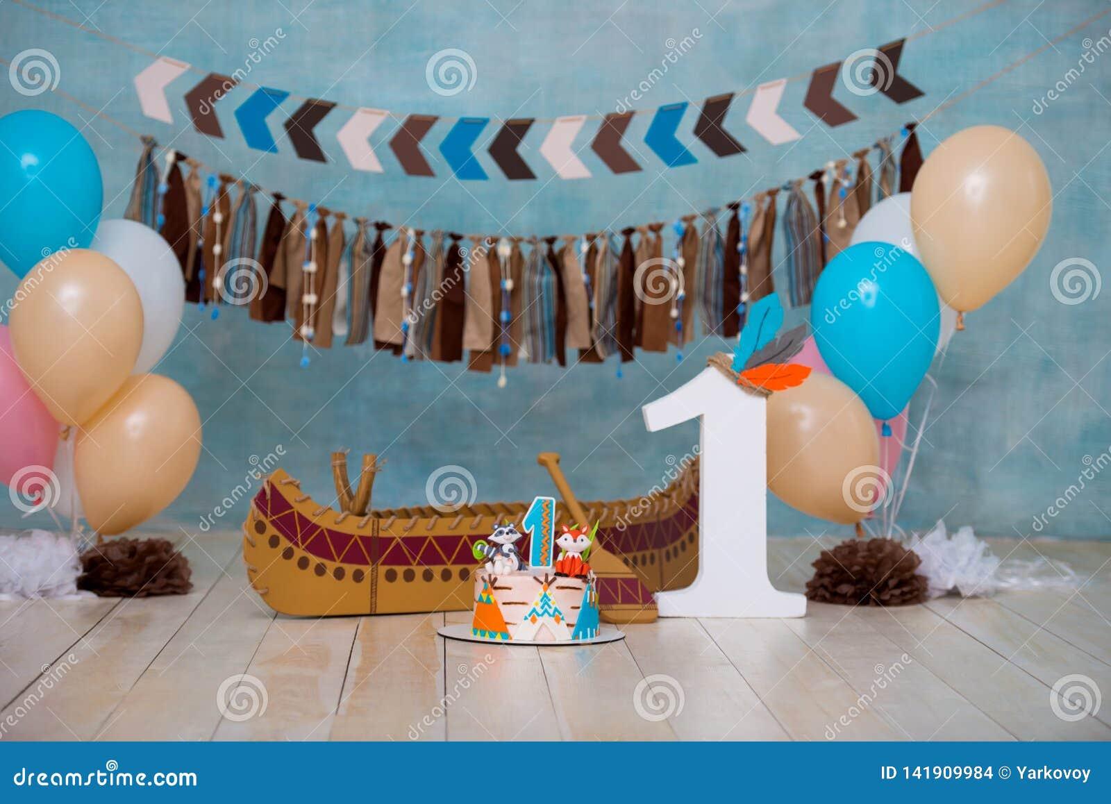 Zona adornada de la foto para el jefe de Apache del indio de 1 año con una canoa para un partido de los niños Primera torta del c