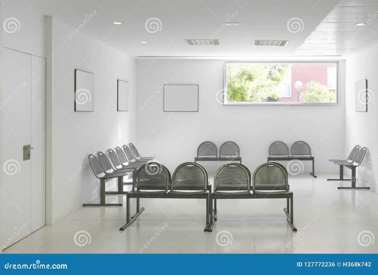 Zona de espera del edificio público Detalle del interior del hospital nadie