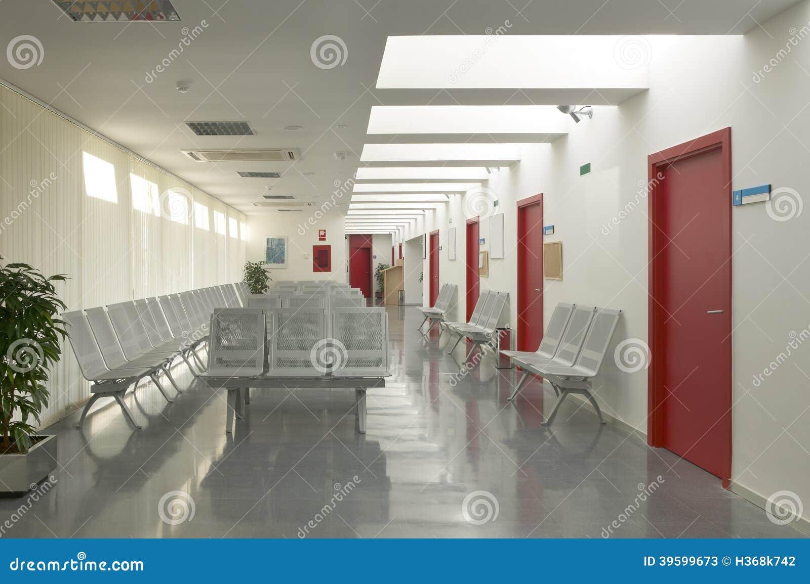 Zona de espera del hospital con las sillas met licas for Sillas para hospital