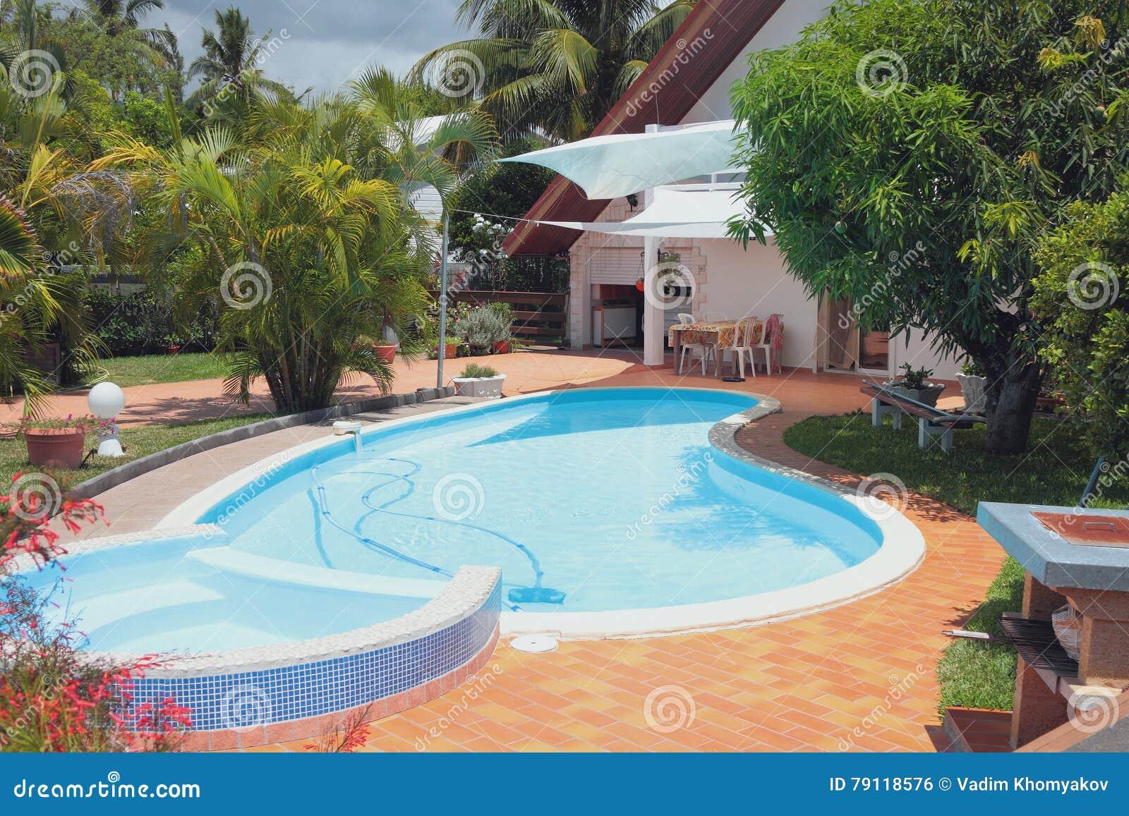Zona de recreo con la piscina en casa de campo reuni n for En la piscina