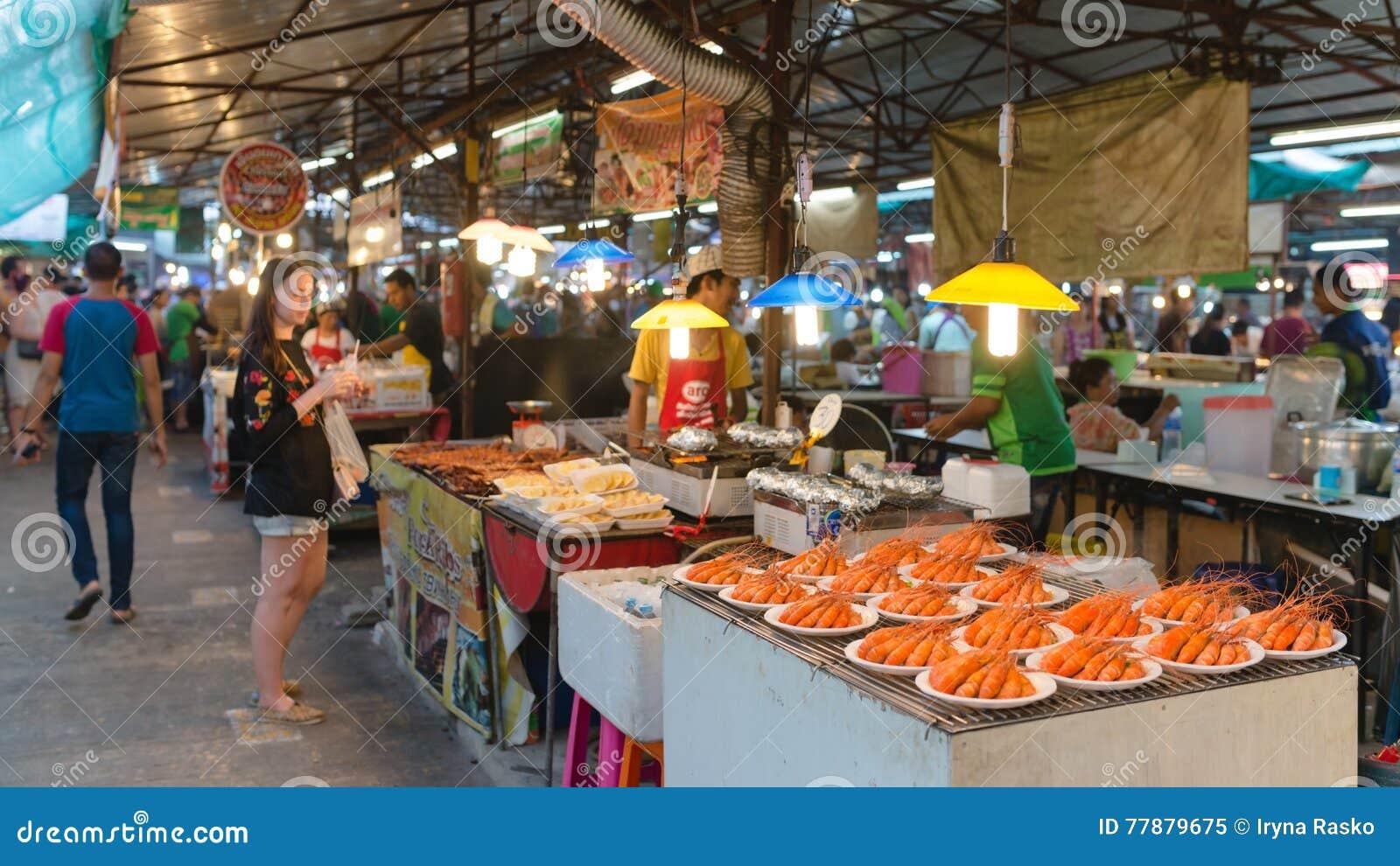 Zona De Restaurantes Tailandesa En Mercado De La Noche Del Fin De Semana En La Ciudad De Phuket Imagen editorial