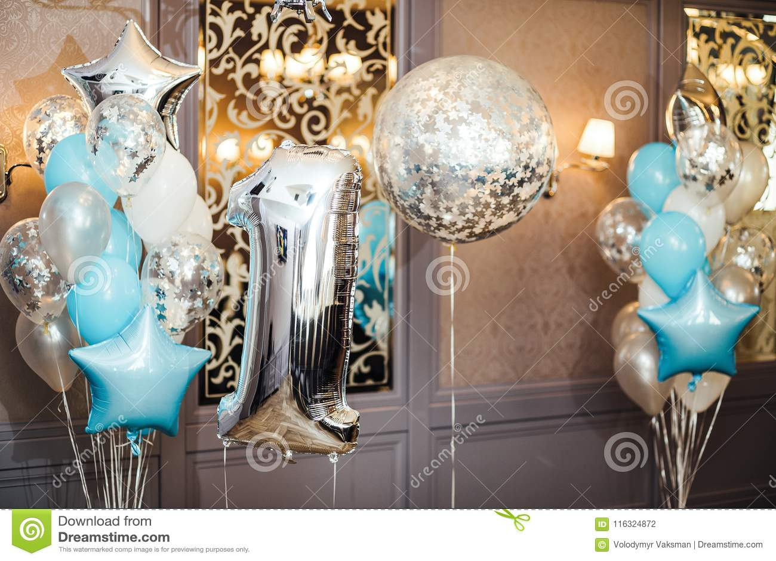 Zona del aniversario o de la foto del cumpleaños con blanco, azul y transpar