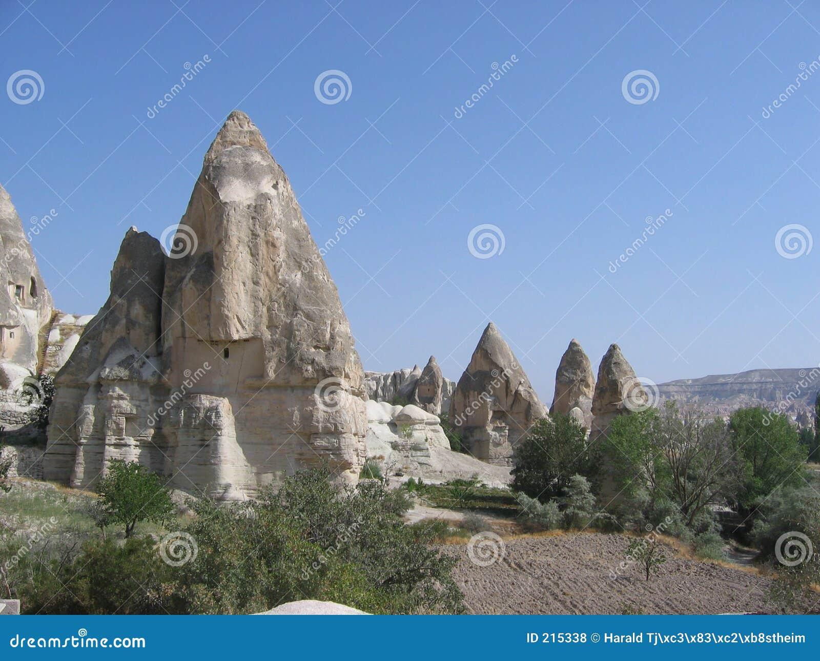 Zona di montagna con le caverne