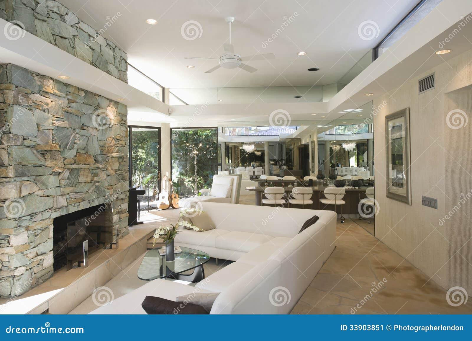 Zona para sentarse y chimenea de piedra con comedor en for Comedor con chimenea