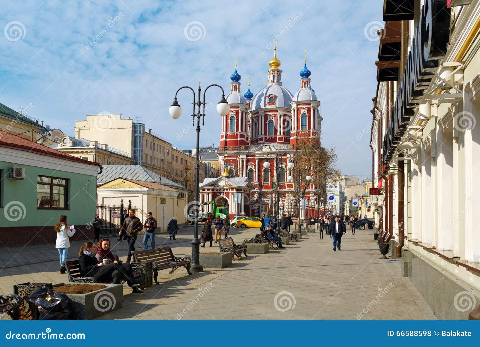 Zona pedestre perto da igreja do St Clement Moscovo, Rússia
