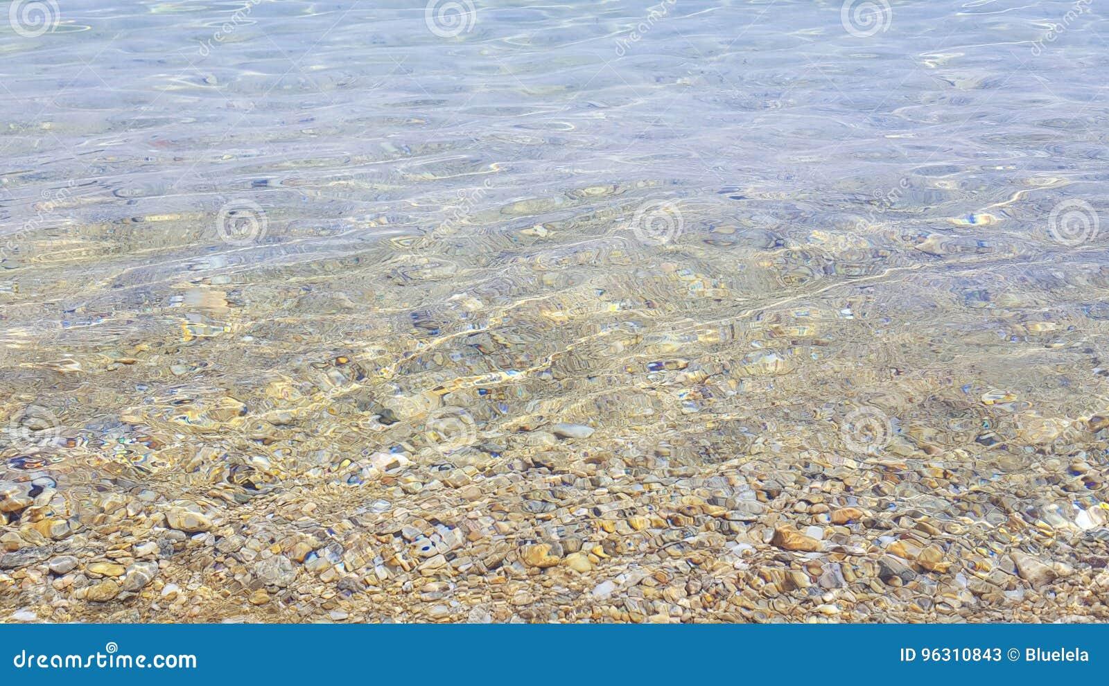 Zonbezinning in ondiep zeewater, Skiathos-eiland, Griekenland