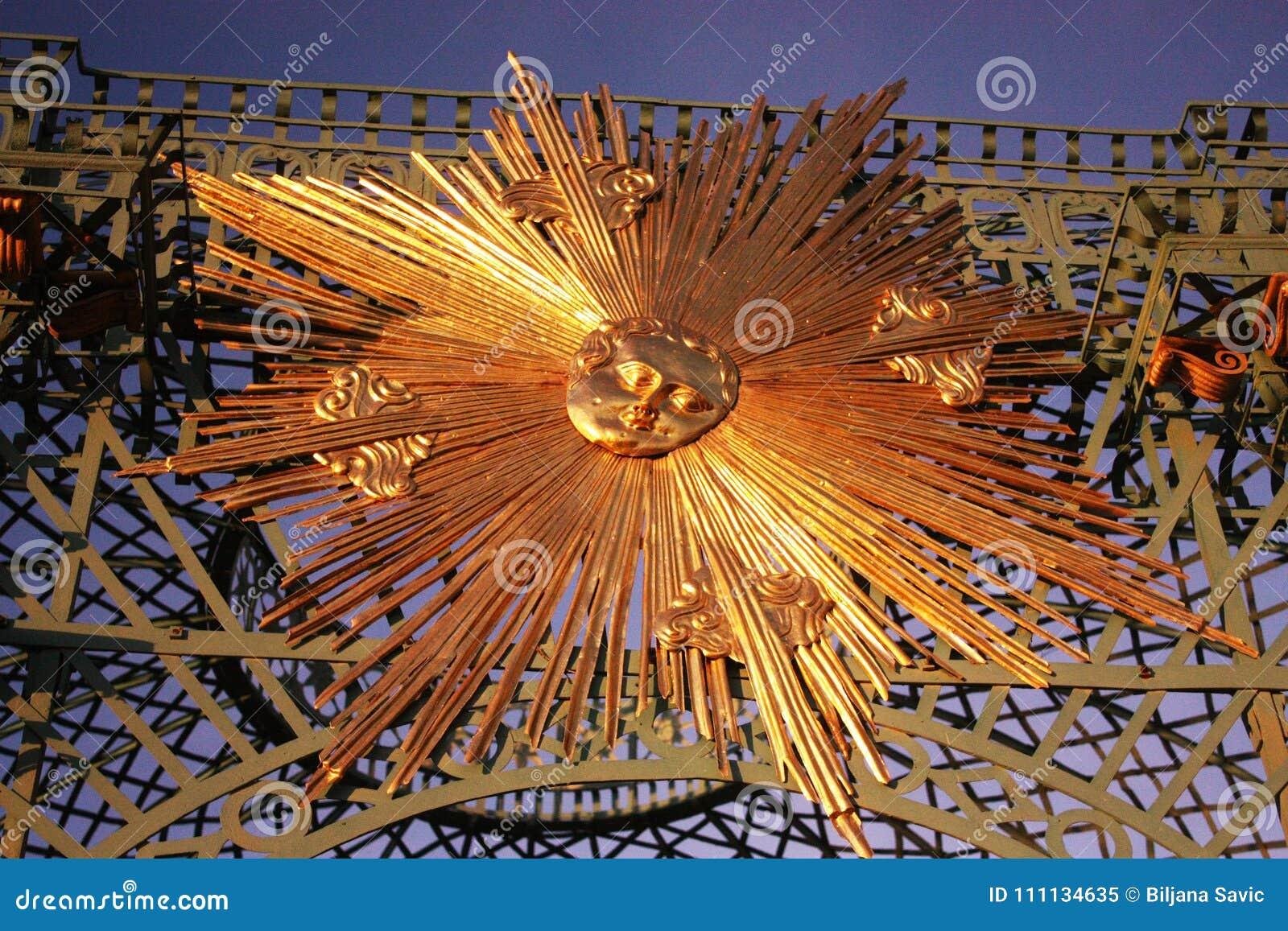 Zonder Souci-Paleis in Potsdam, Duitsland Staalfabriek met van gouden zonnestraal