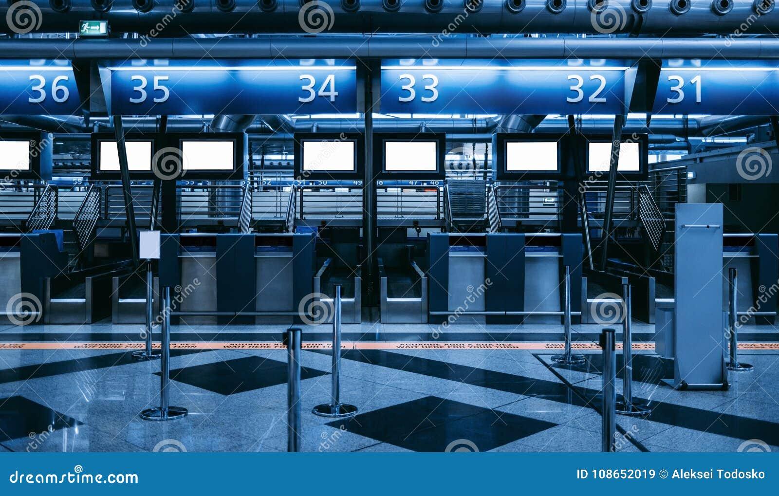 Zone d enregistrement dans le terminal d aéroport contemporain