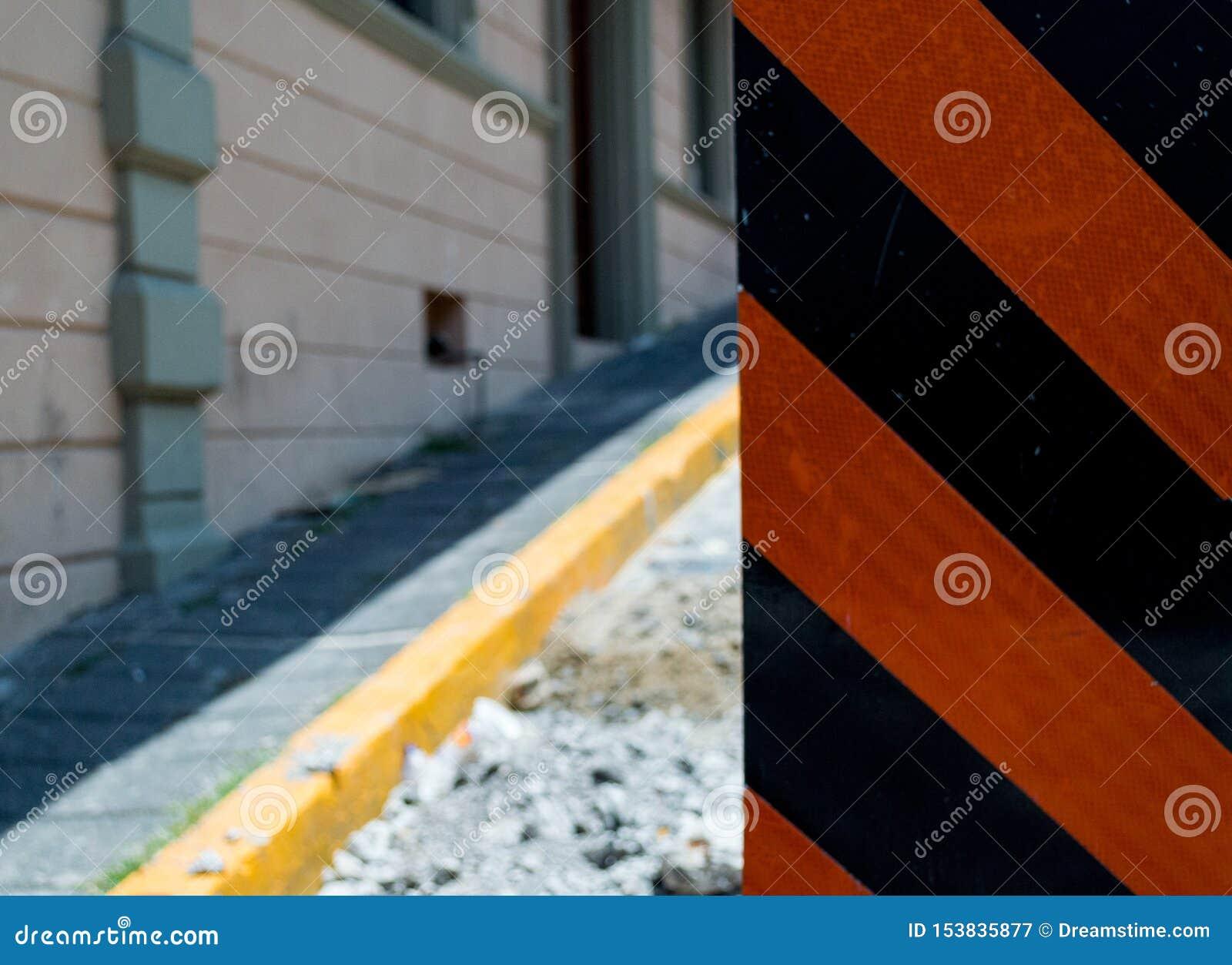 Zone de construction avec le signe dedans la rue
