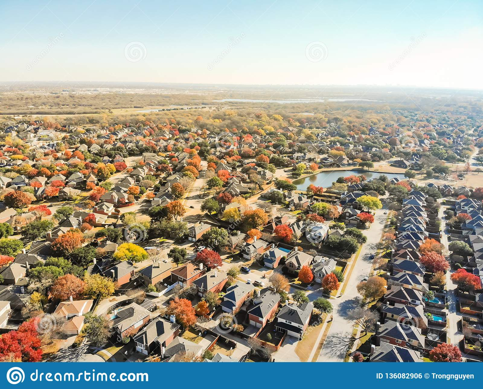 Zone résidentielle colorée d expansion urbaine de bord de lac de vue supérieure près du DA