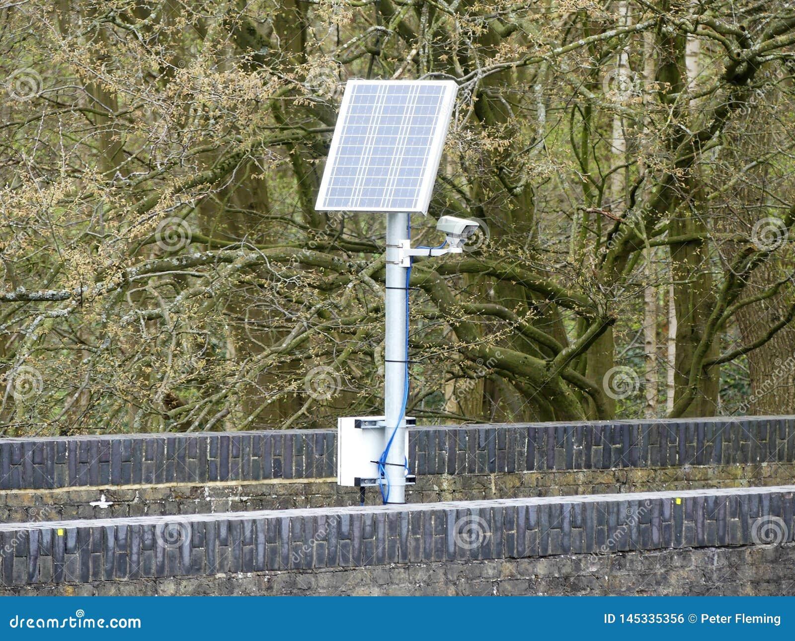 Zonne aangedreven camera op spoorwegbrug