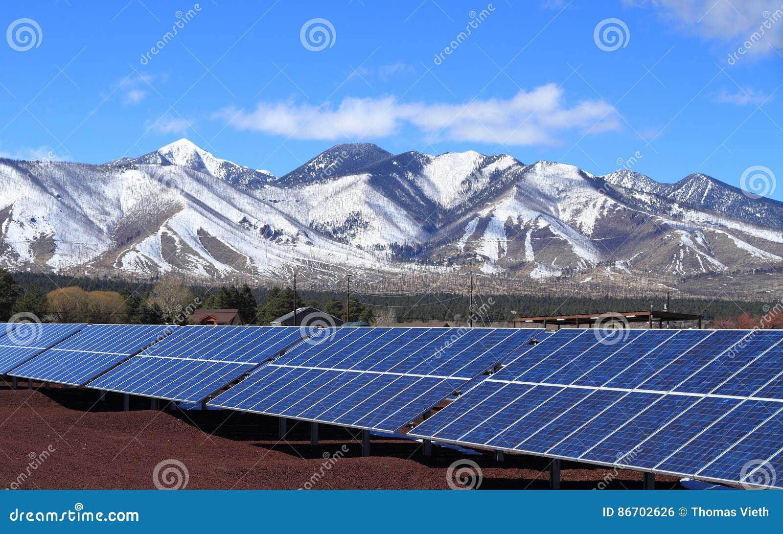 Zonneelektrische centrale bij de Voet van San Francisco Peaks - Vlaggemast, Arizona/USA