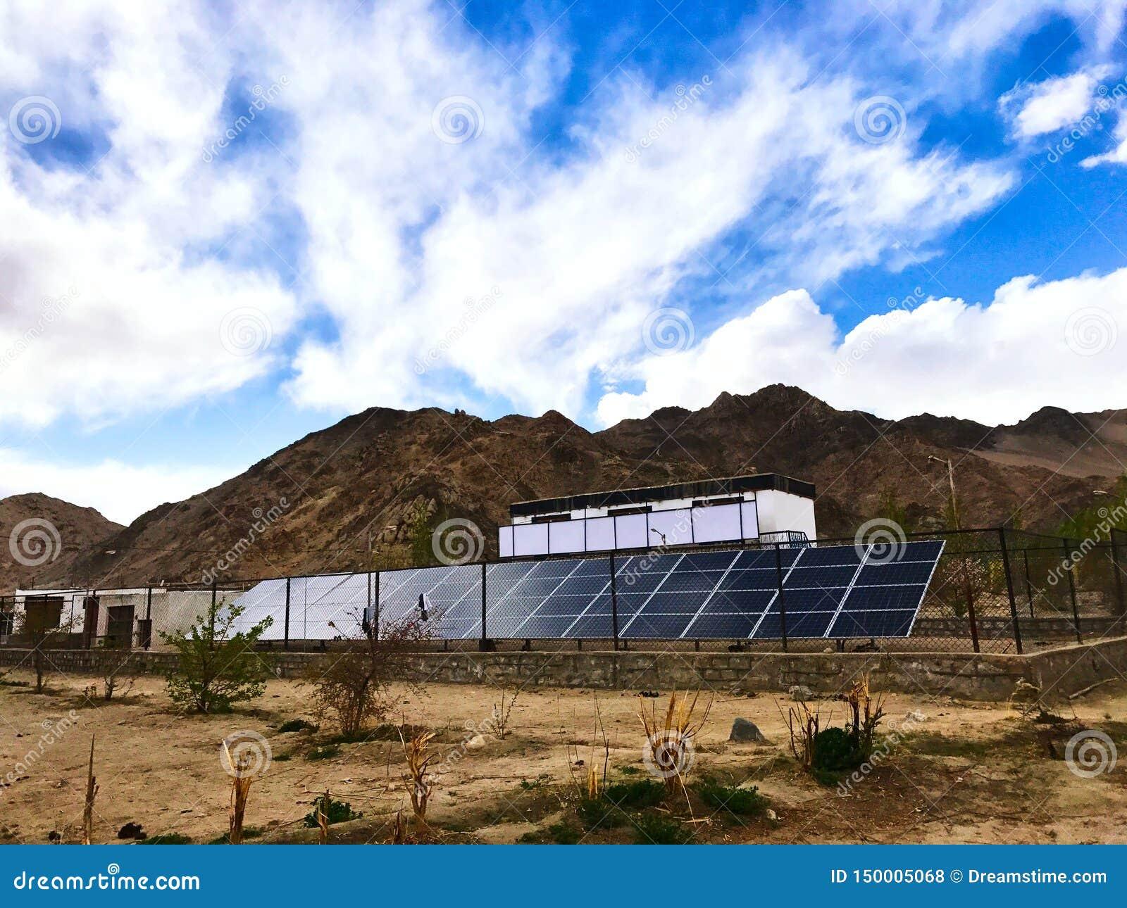 Zonneelektrische centrale die bij hoge hoogte wordt geïnstalleerd - Laddakh, India