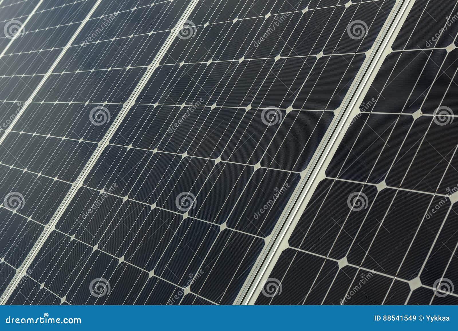 Zonnepanelen en satellietschotel voor energie en mededeling in voorsteden