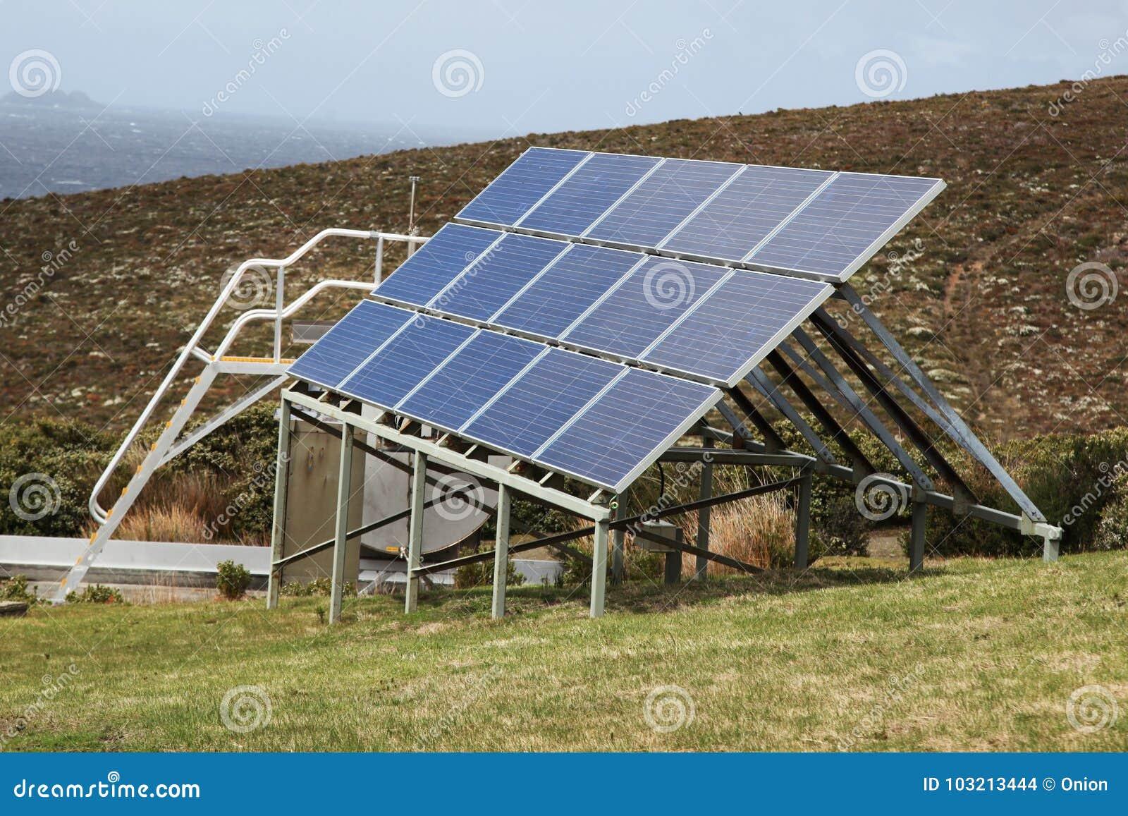 Zonnepanelen gelegen aan een heuvel