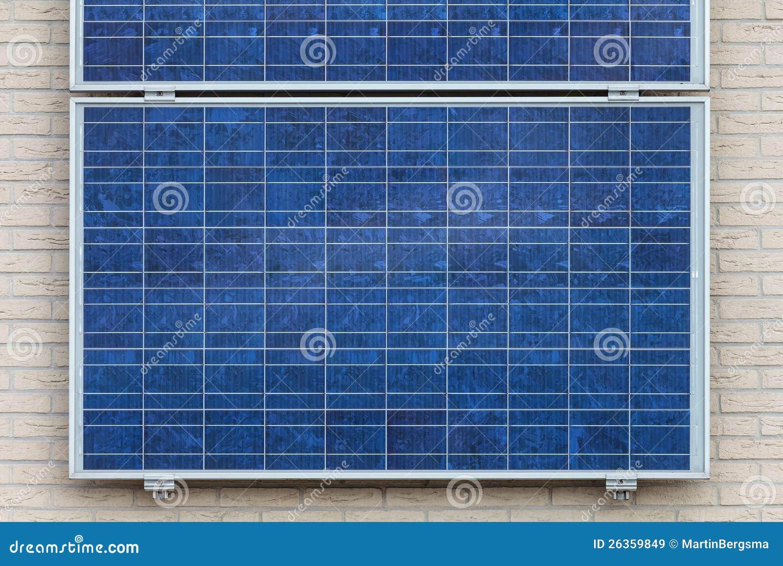 Zonnepanelen Op Een Verticale Muur Stock Afbeelding