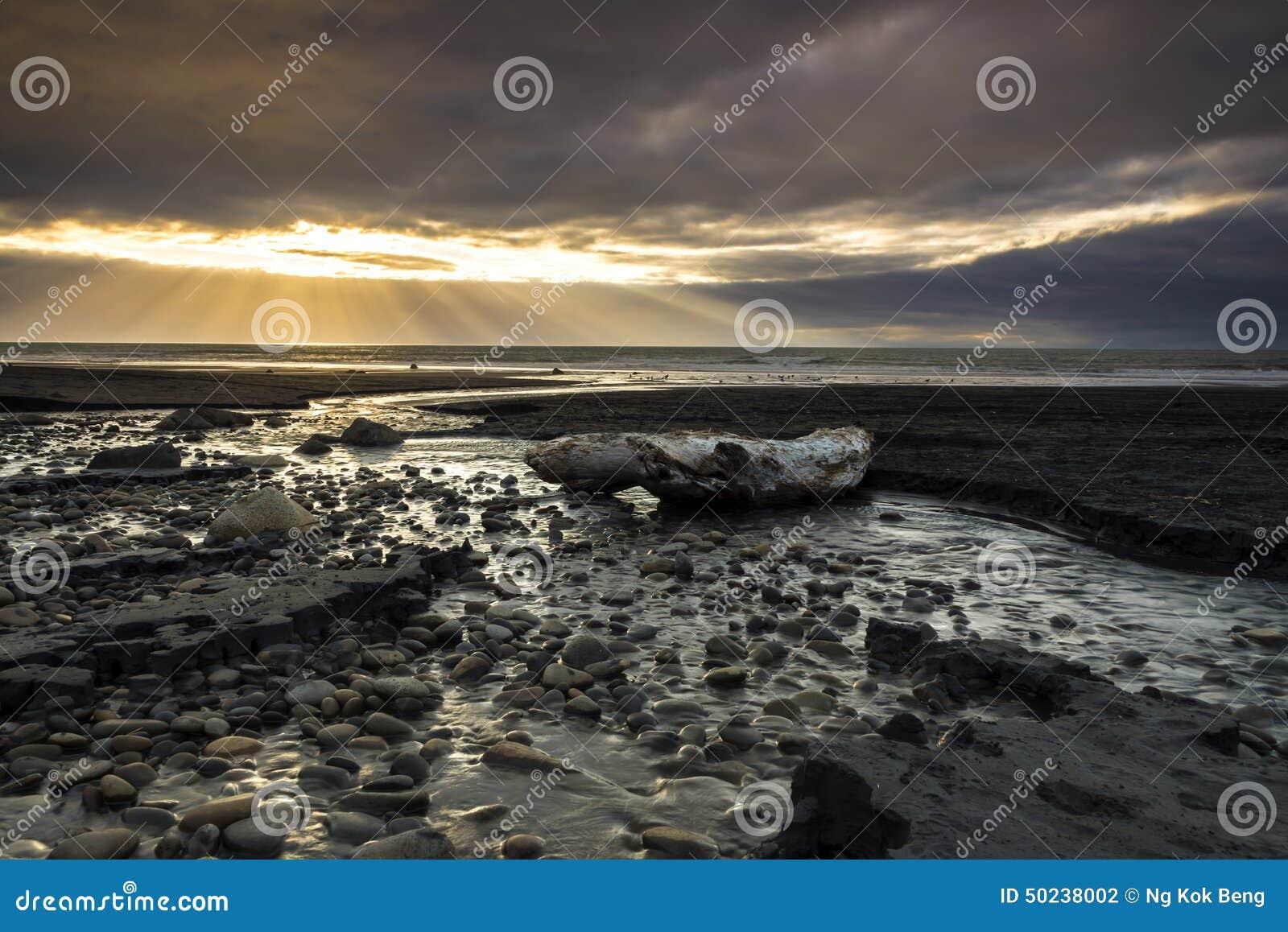 Zonnestraal bij kust van Nieuw Plymouth, Nieuw Zeeland