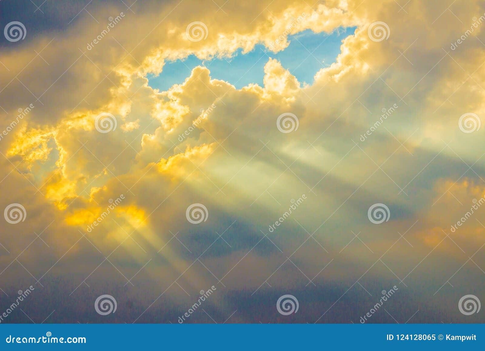 Zonnestraal die door de wolk in de vallei glanzen Avondzonsondergang met zonstralen door de wolken