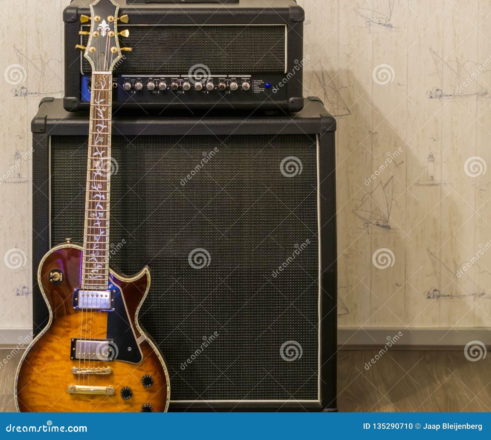 Zonnestraal elektrische gitaar die zich voor een versterker en een correcte effect doos, professioneel muziekmateriaal bevinden