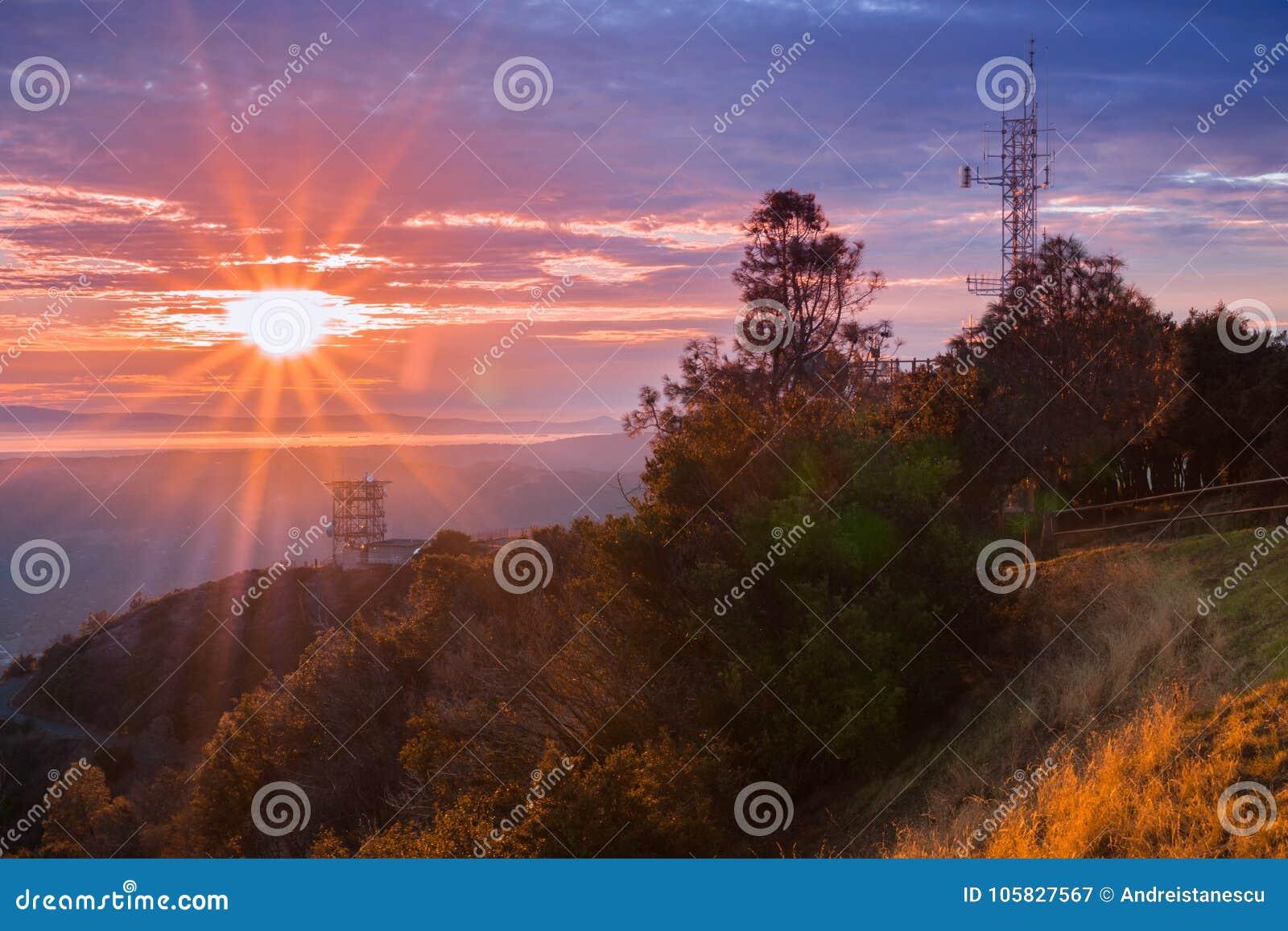 Zonnestraal over de baai van San Francisco zoals die van de top van MT wordt gezien Diablo