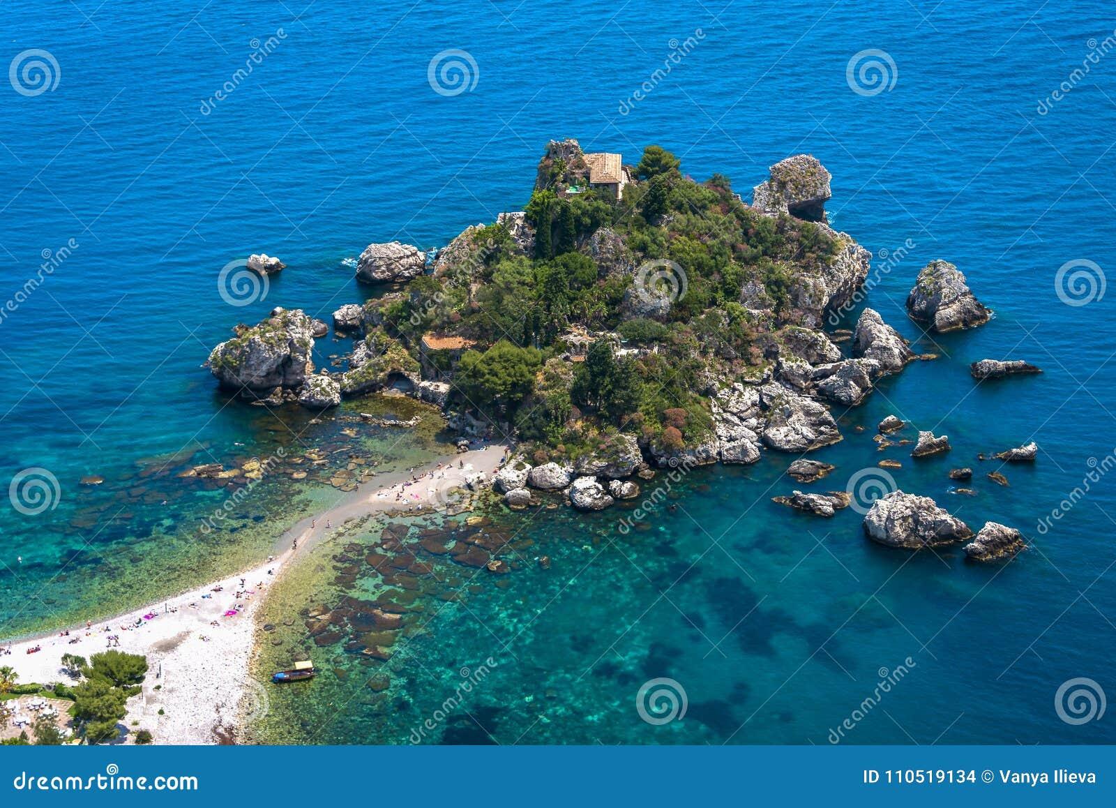 Zonnige dag in Isola Bella In Taormina, Sicilië