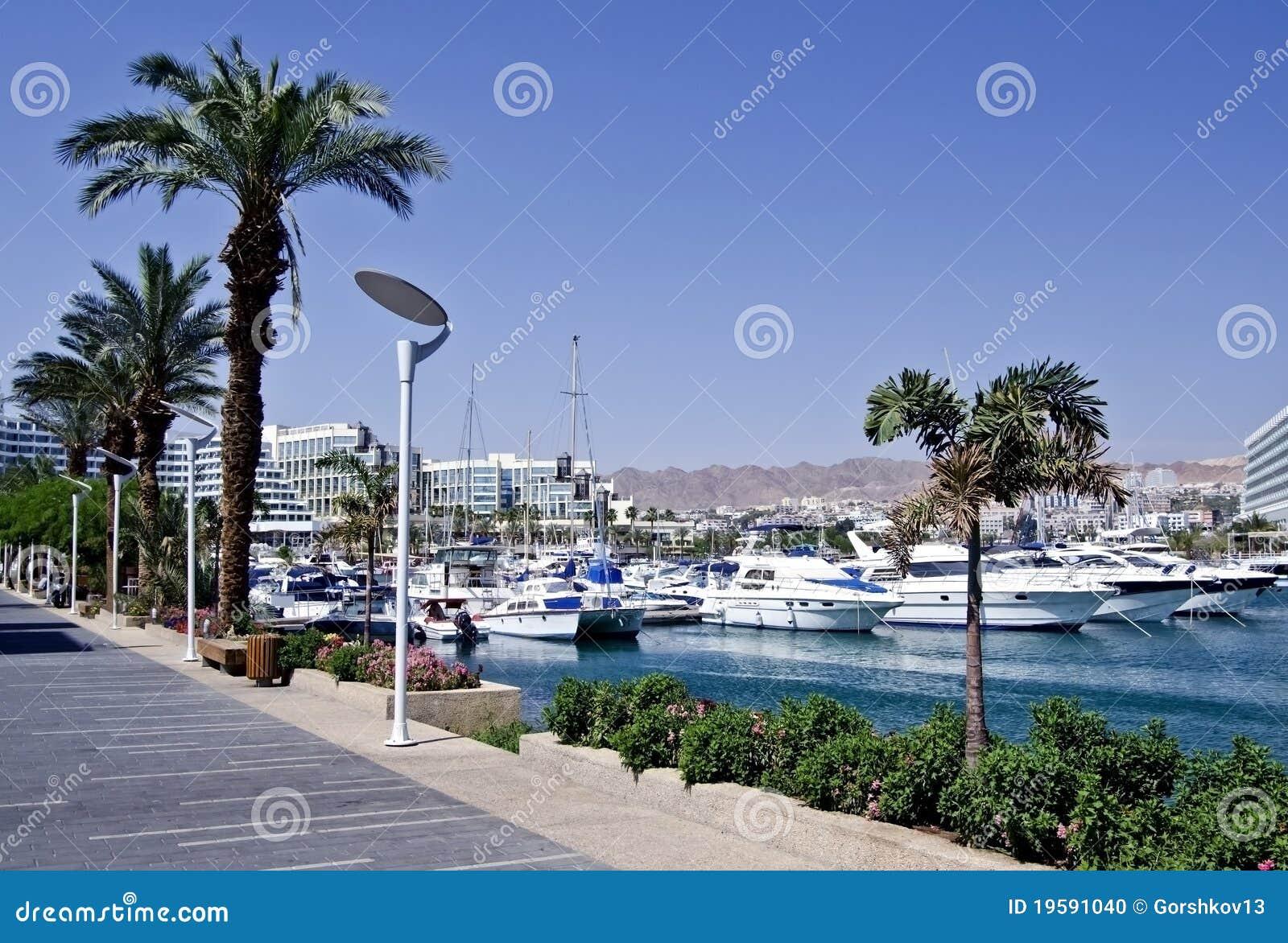 Zonnige dag op promenade van Eilat stad, Israël