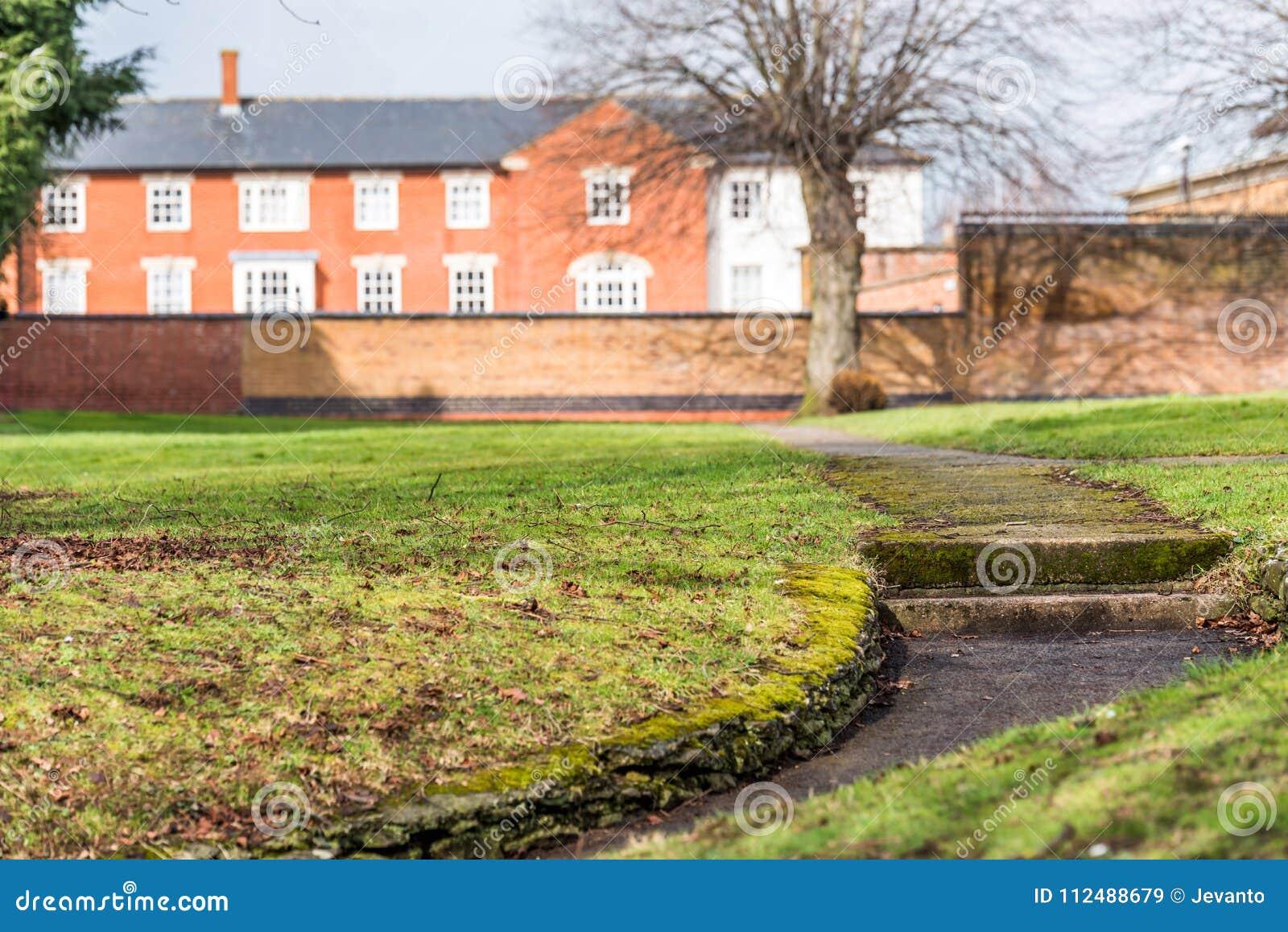 Zonnige dagmening van voetgangvoetpad bij Engels park in Daventry-stadscentrum