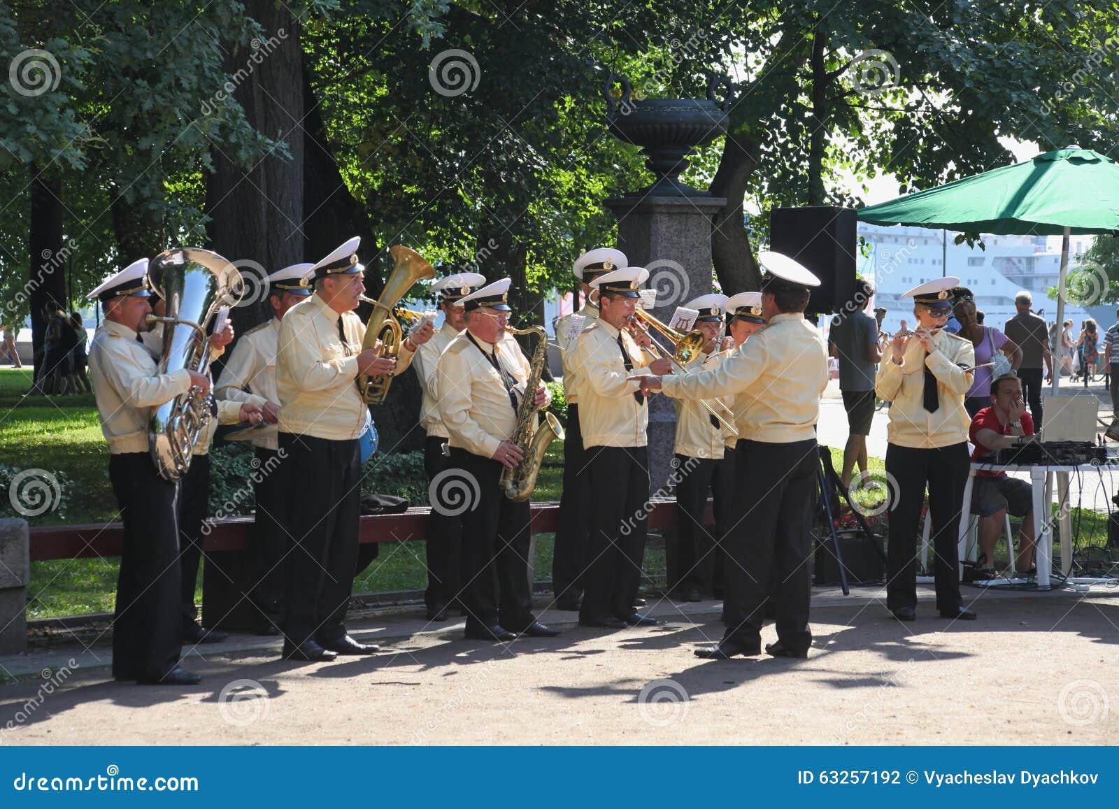 Zonnige de zomerdag in het stadspark fanfarekorps van zeelieden in het stadspark dat wordt gespeeld