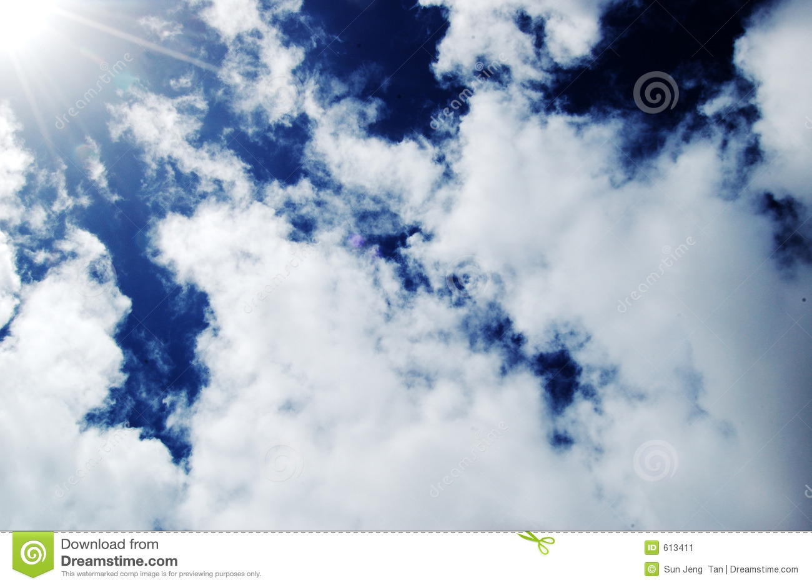 Zonnige Diepe Blauwe Hemelen met wolk