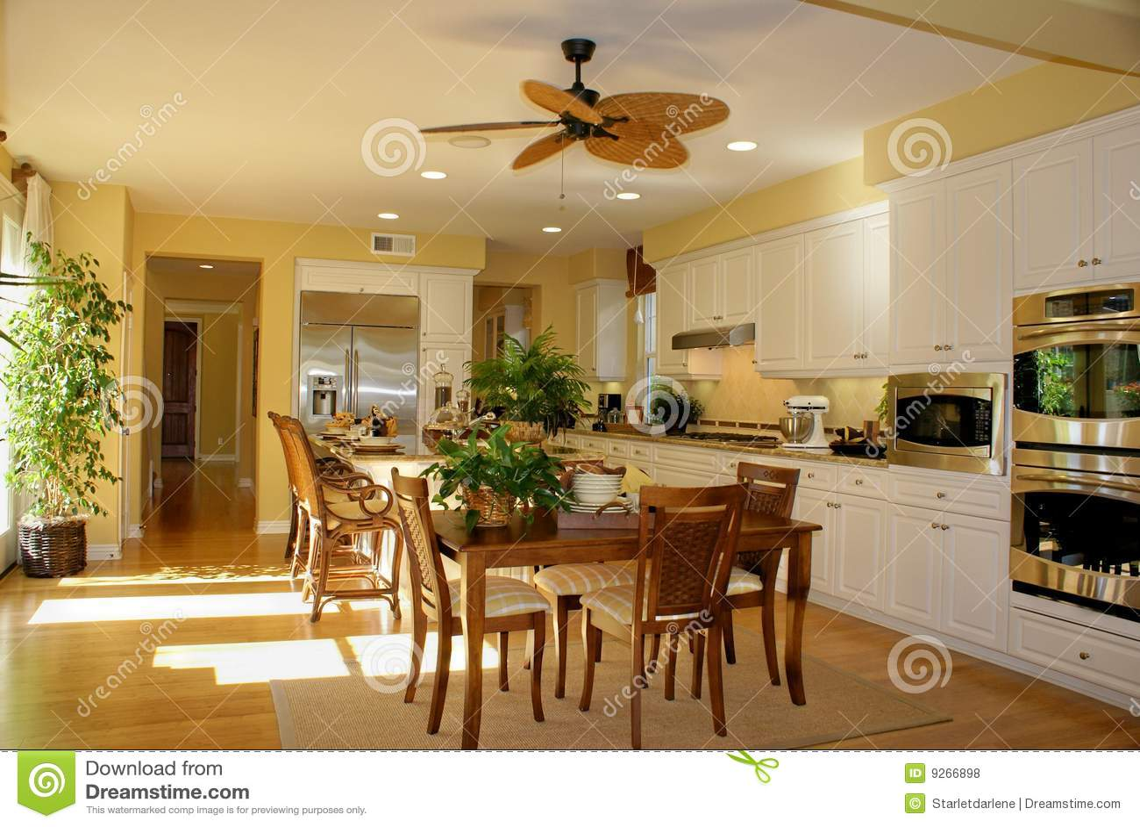 Zonnige geel van de keuken royalty vrije stock foto's   afbeelding ...