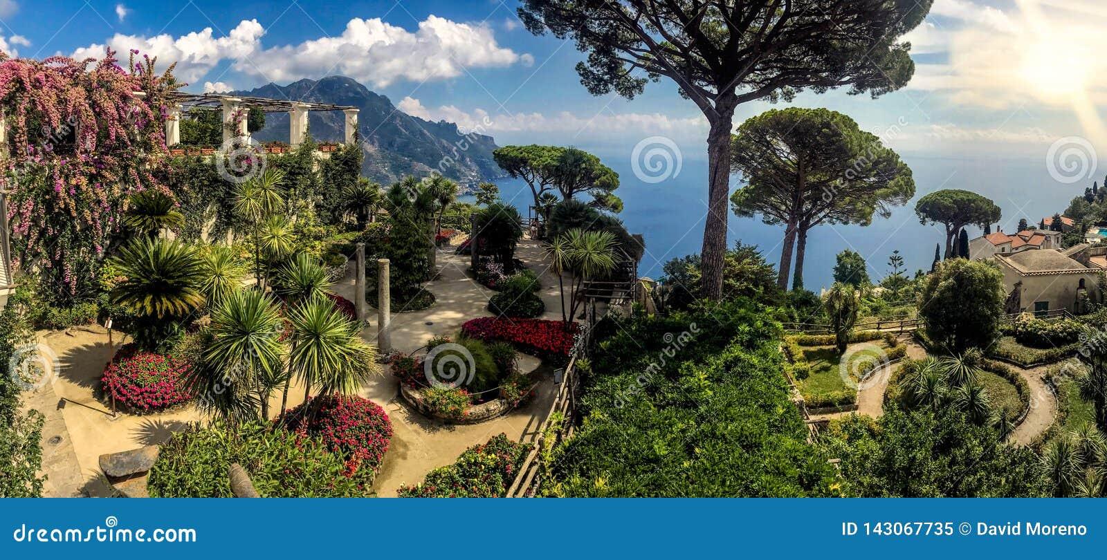 Zonnige tuin boven het overzees in Ravello, Amalfi kust, Italië
