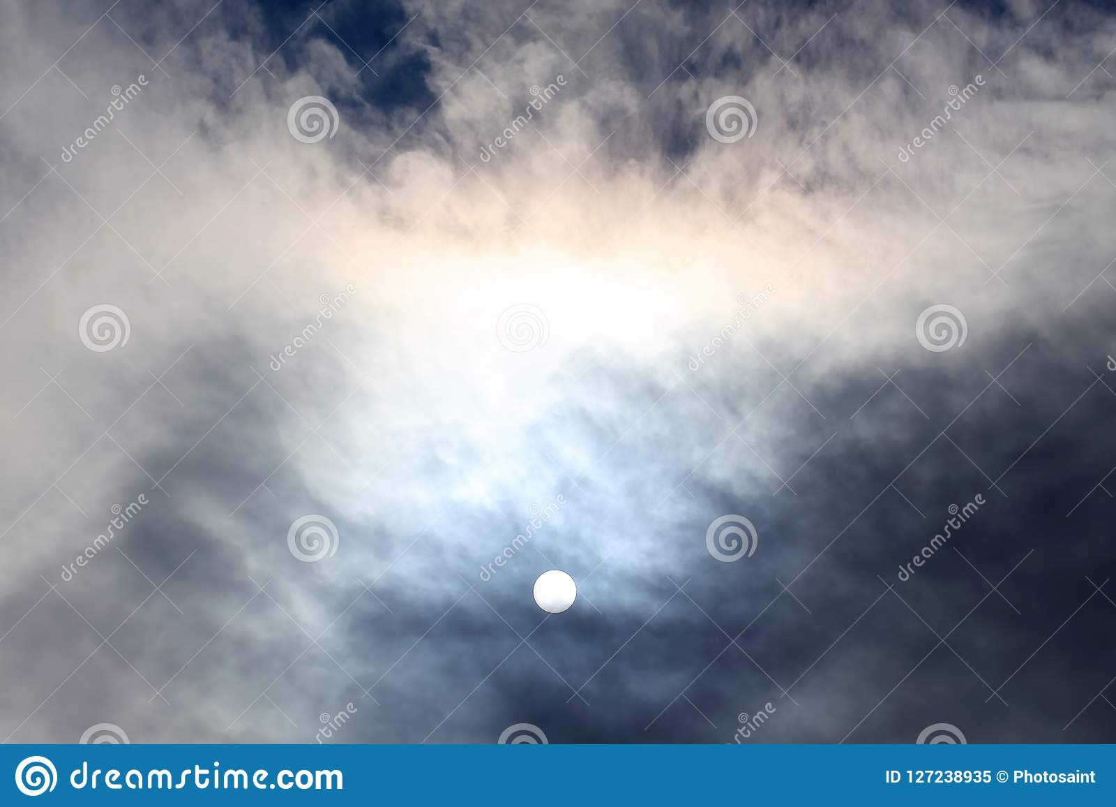 Zonschijf bij middag door de wolken