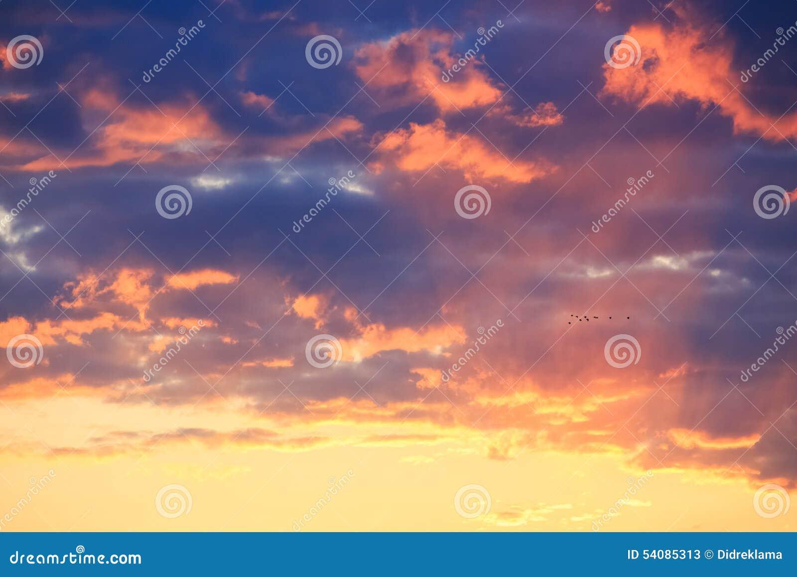Zonsondergang achter wolken