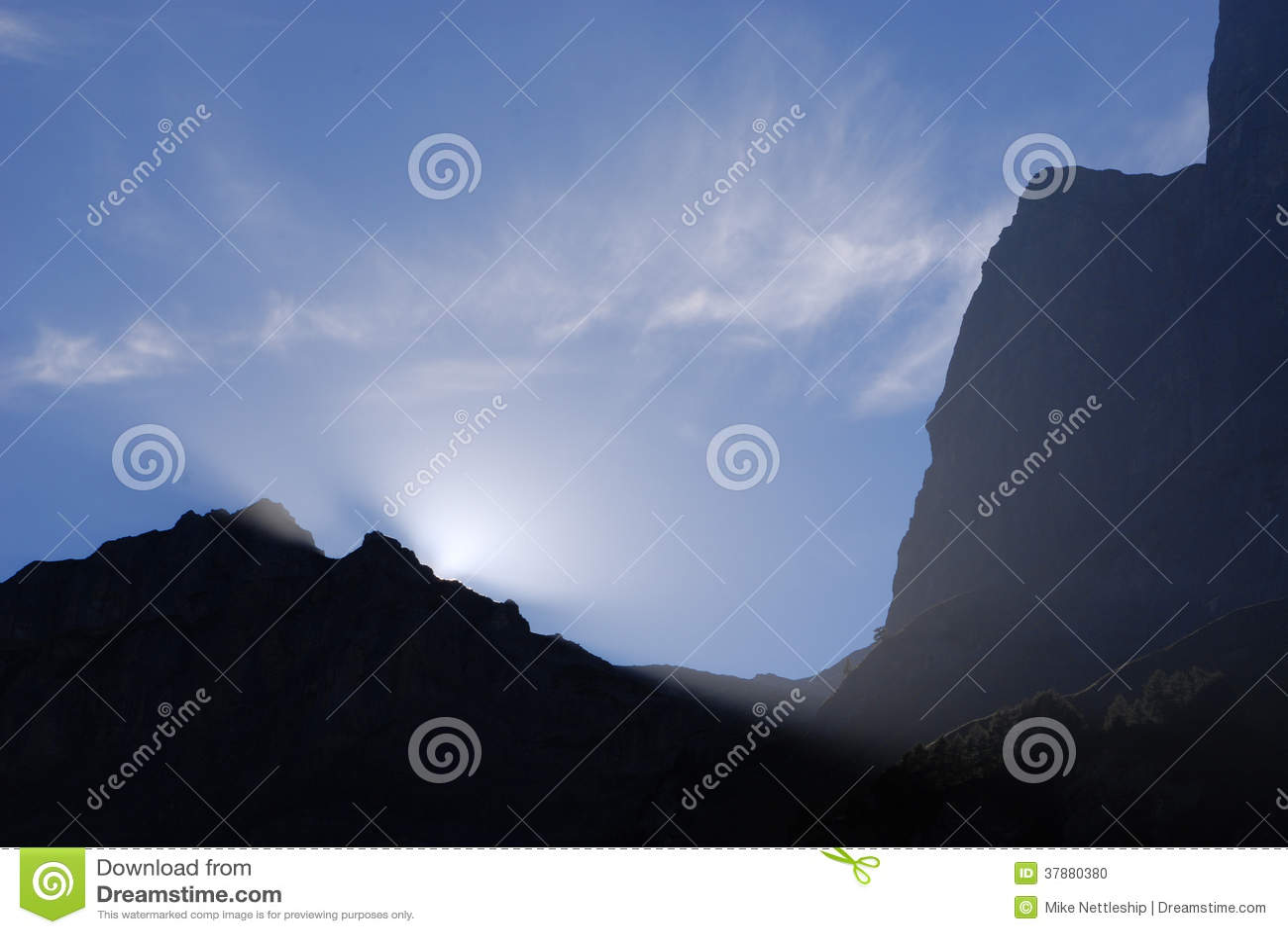 Zonsondergang achter Zwitserse berg