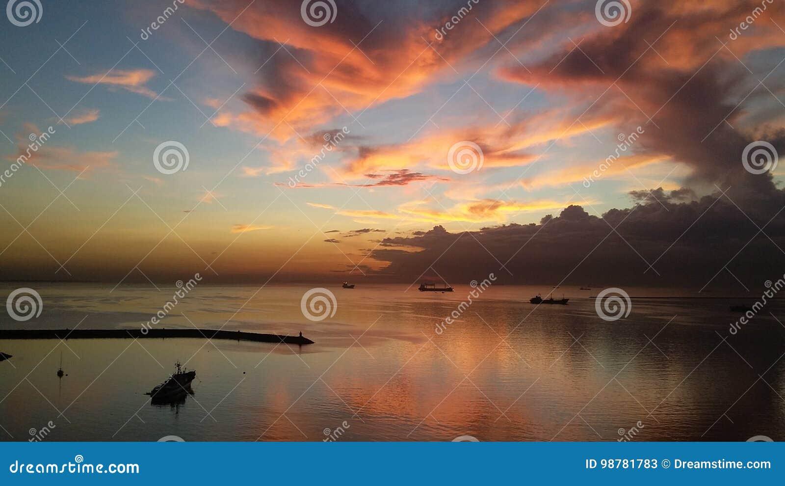 Zonsondergang bij de Baai van Manilla