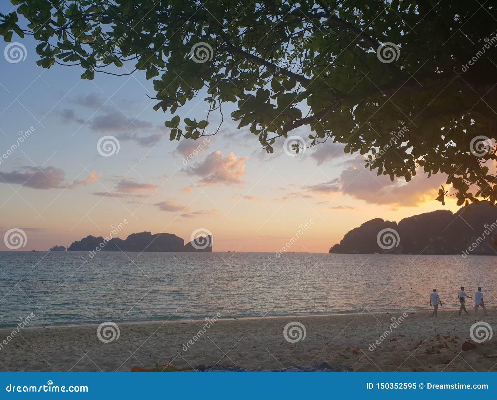 Zonsondergang bij de oceaan