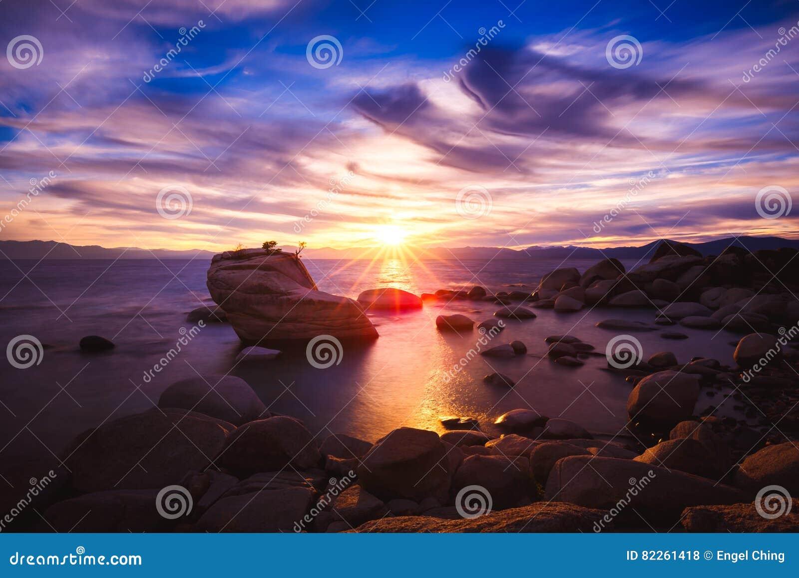 Zonsondergang bij de Rots van de Bonsai, Meer Tahoe, Nevada