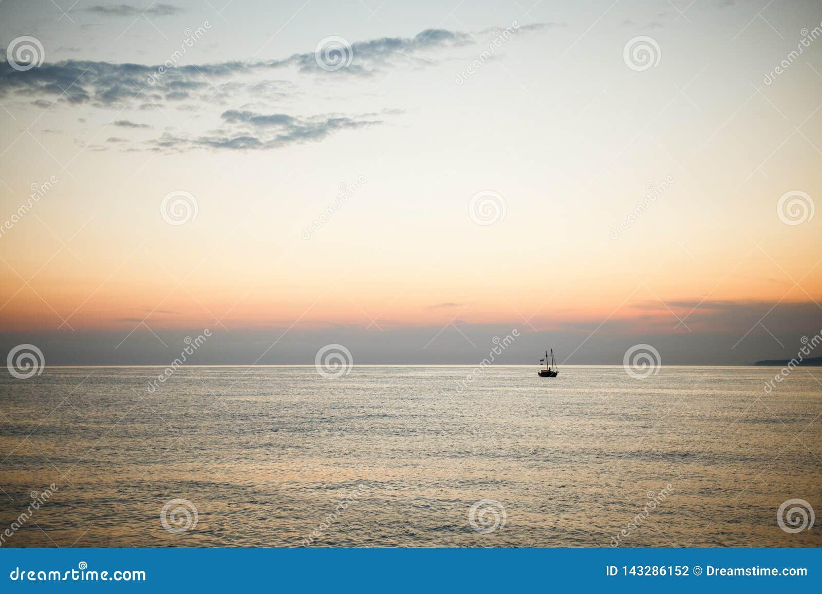 Zonsondergang bij het overzees