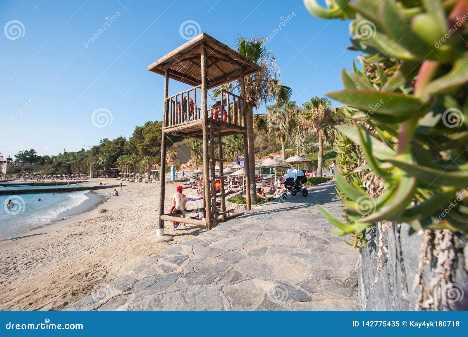 Zonsondergang bij het strand van La caleta DE velez Malaga met de reddingstoren