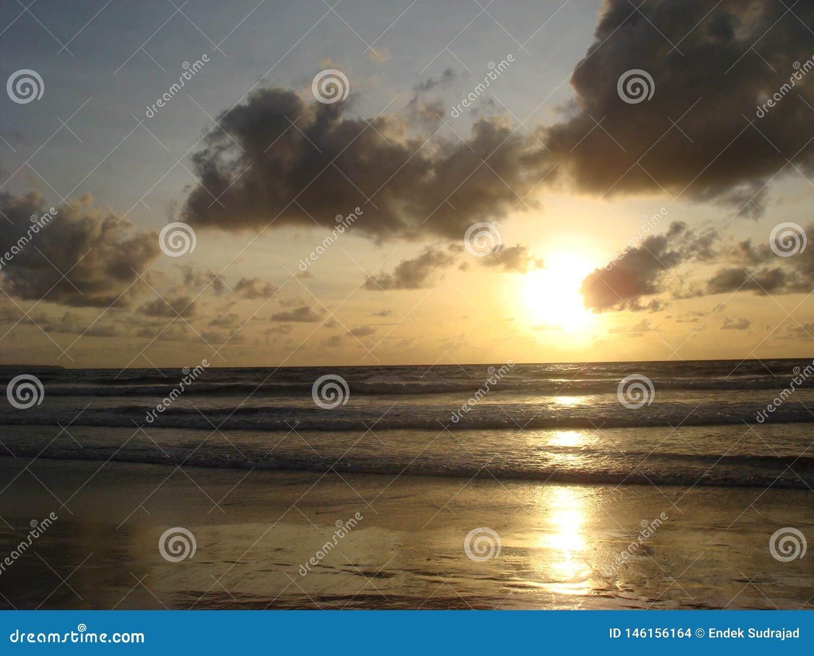 Zonsondergang bij Kuta-Strand, het Eiland van Bali