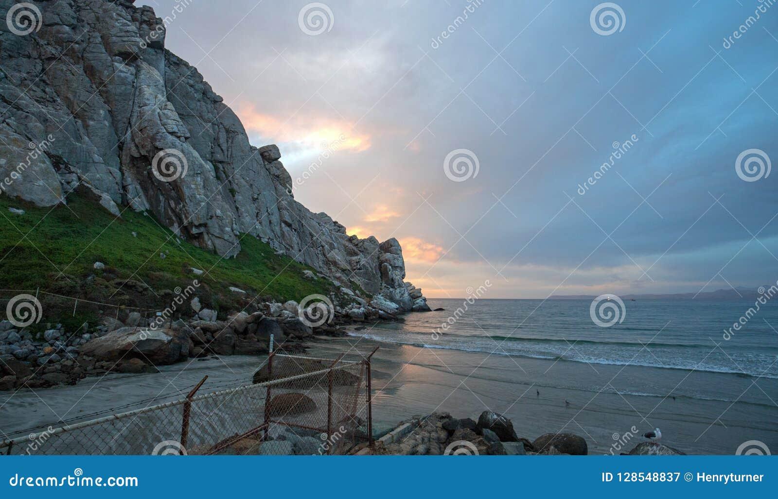 Zonsondergang bij Morro-Rots getijdeinham op de centrale kust van Californië bij Morro-Baai Californië de V.S.