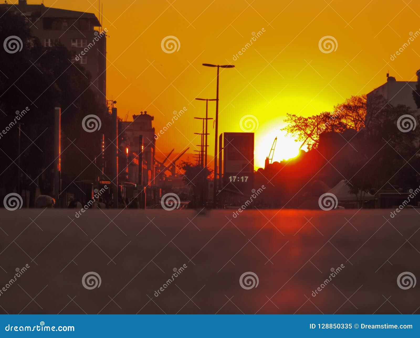 Zonsondergang bij Olimpyc-Boulevard bij 17:17 p M