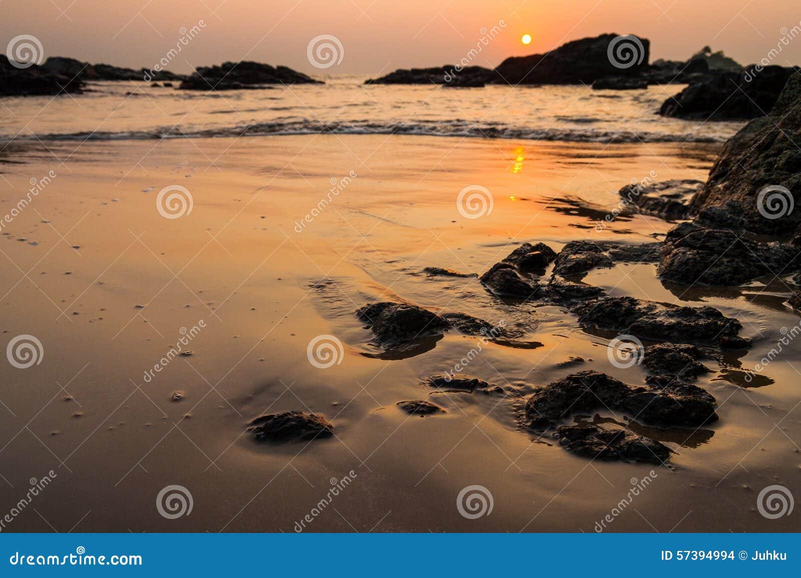Zonsondergang bij om strand India