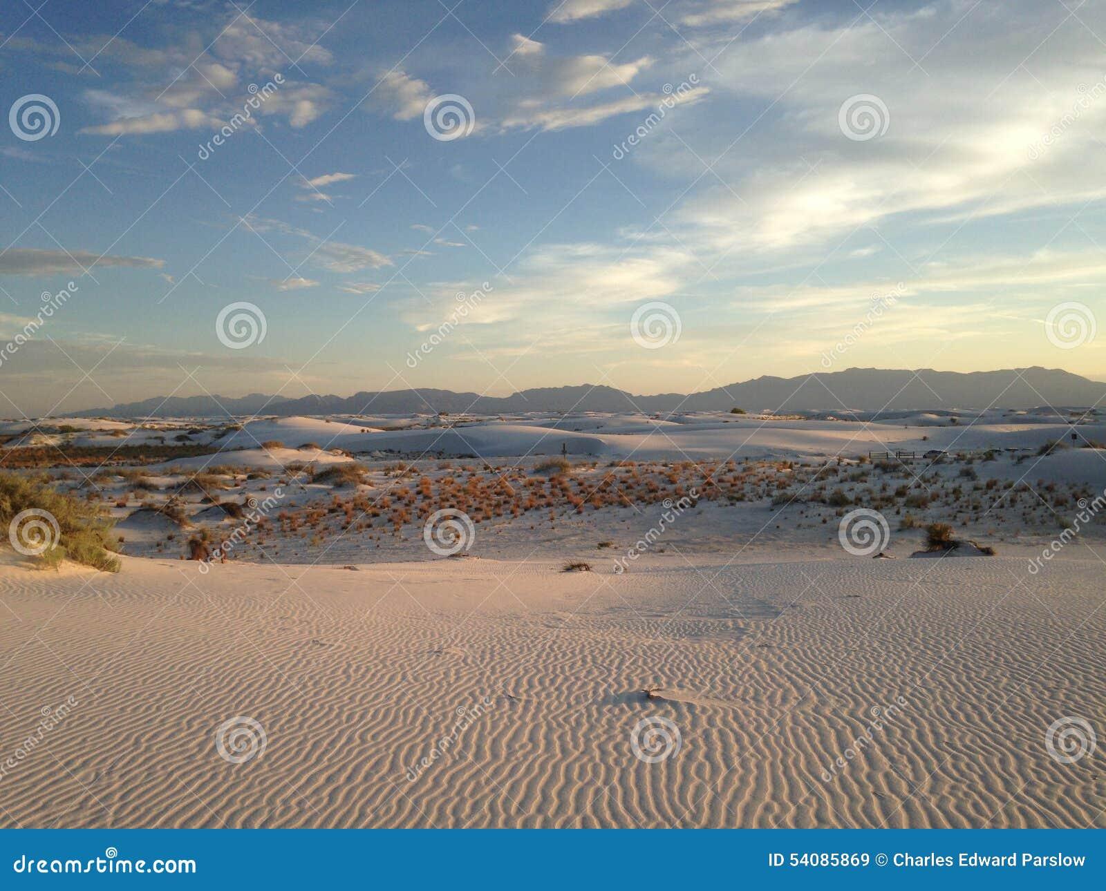 Zonsondergang bij wit zand