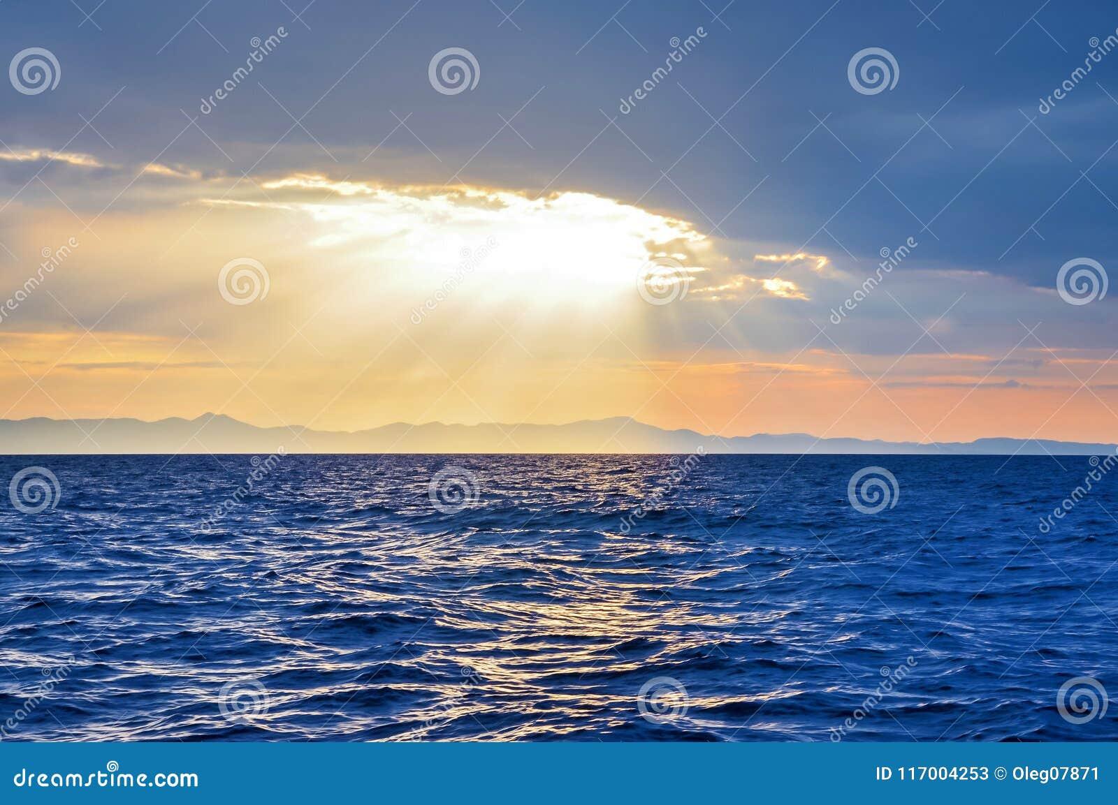 Zonsondergang boven gezien overzees