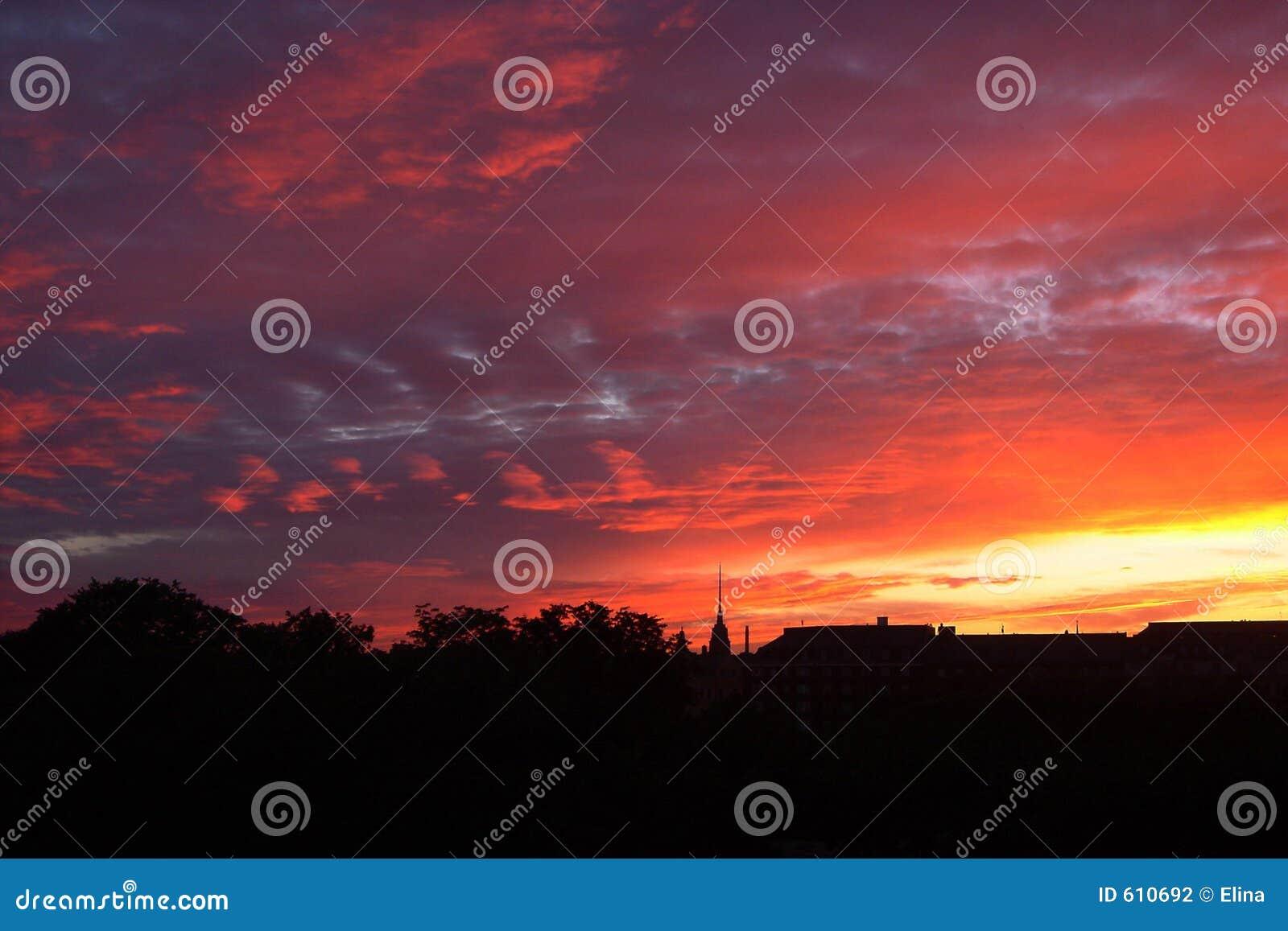 Zonsondergang boven stad